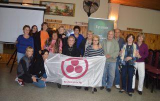 Los abuelos de Villa Adelina y los voluntarios de EPAMM con la Bandera de la Paz