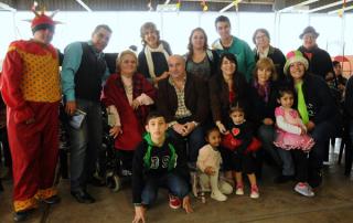 Los voluntarios de EPAMM, Castellano y algunos de los chicos que disfrutaron del festival