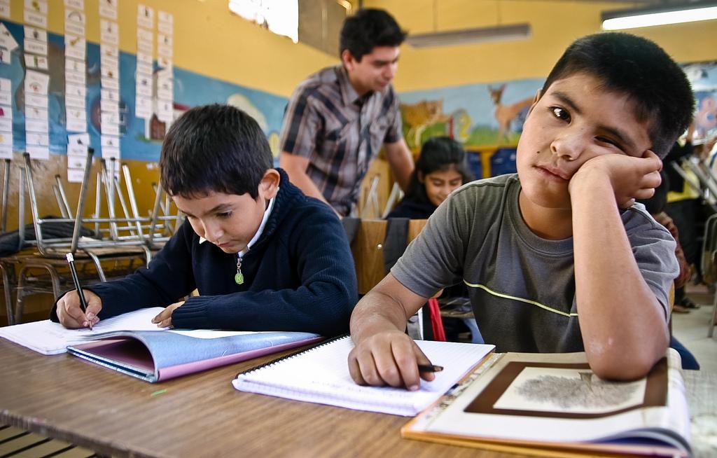 Los chicos argentinos estudian la mitad de horas calendario que los del resto del mundo